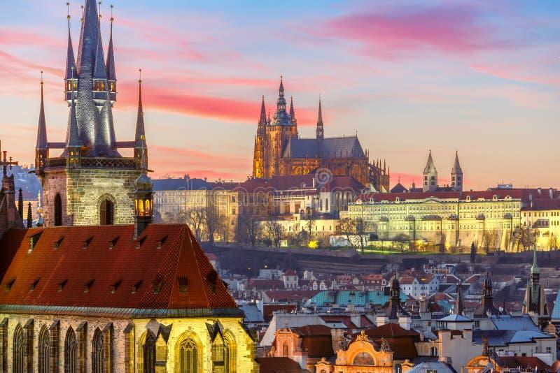 Vogelperspektive über alter Stadt bei Sonnenuntergang, Prag stockfotografie