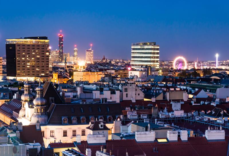 Vogelperspektive über dem Stadtbild von Wien nachts lizenzfreies stockfoto