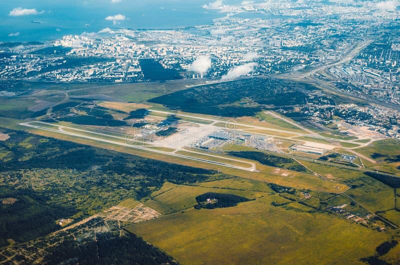 Vogelperspektive über der Rollbahnannäherung am Flughafen lizenzfreies stockfoto
