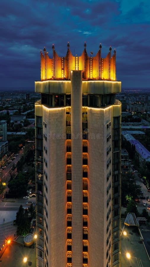 Vogelperspektive Almatys Kasachstan des Kasachstan-Hotels nachts stockbild