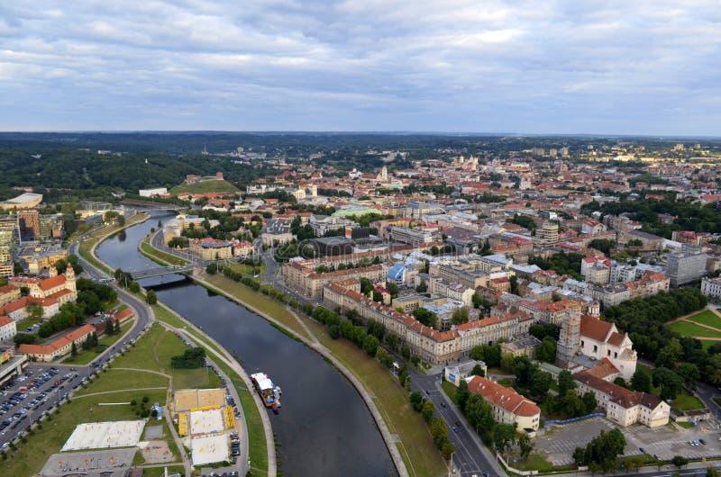 Vogelperspektive alter Stadt Vilnius, Fluss Neris, Litauen lizenzfreie stockbilder
