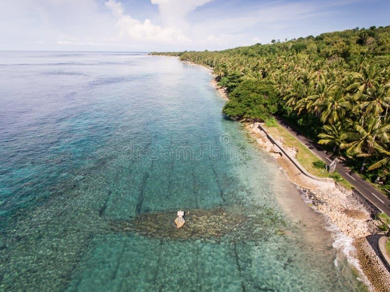 Vogelperspektive auf dem Ozean und den Felsen stockfotografie