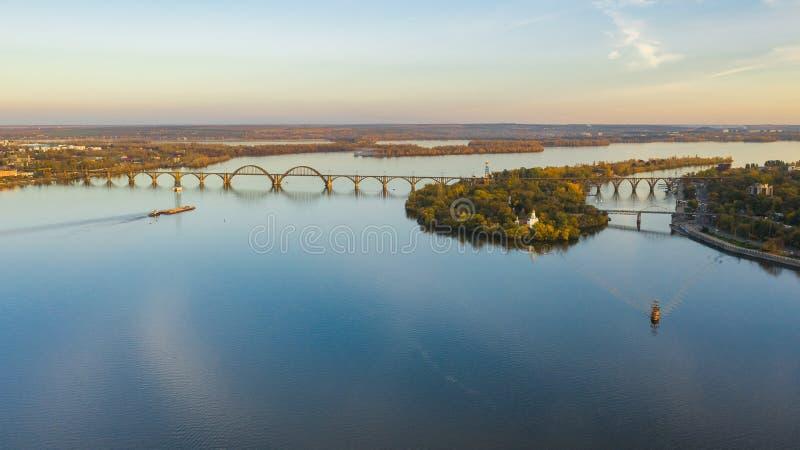Vogelperspektive auf Eisenbahnbrücke über Dnieper-Fluss in Dnipro-Stadt stockfotos