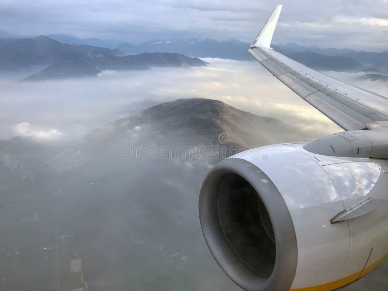 Vogelperspektive auf Fogybergen vom Flugzeug stockfoto