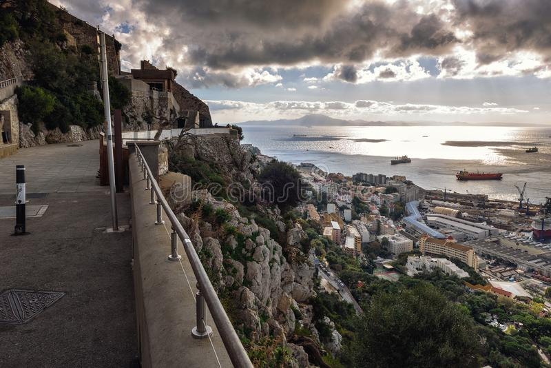 Vogelperspektive auf Gibraltar-Flughafenrollbahn und Gewohnheiten mit spanischem Gebiet stockbild