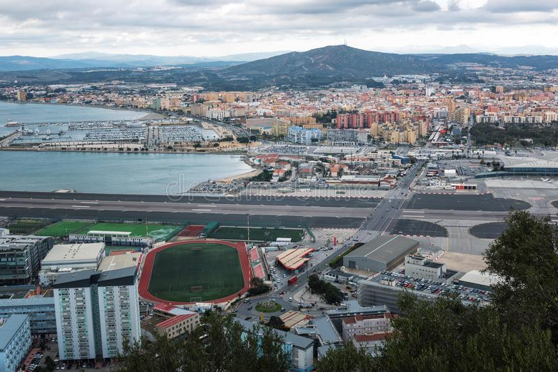 Vogelperspektive auf Gibraltar-Flughafenrollbahn und Gewohnheiten mit spanischem Gebiet stockbilder