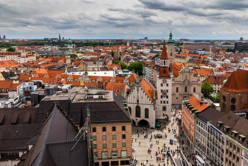 Vogelperspektive auf Marienplatz-Rathaus und Frauenkirche in München, Deutschland lizenzfreies stockbild