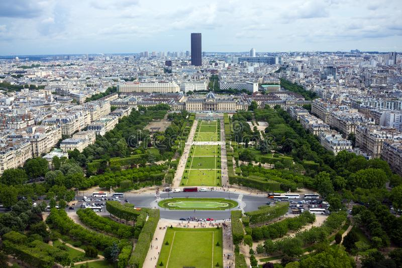 Vogelperspektive auf Mars-Feldern und dem Montparnasse-Geb?ude vom Eiffelturm in Paris, Frankreich, am 25. Juni 2013 stockfotos