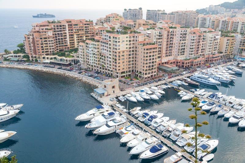 Vogelperspektive auf Monaco-Hafen mit Luxusyachten lizenzfreie stockbilder