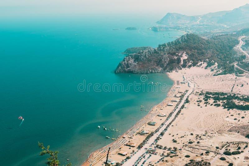 Vogelperspektive auf sandigem Strand und Lagune Tsampika mit klarem blauem Wasser in Rhodos-Insel, Griechenland lizenzfreies stockbild