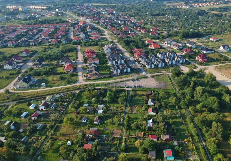 Vogelperspektive auf Stadtwohngebiet mit vielen Gebäuden, Straßen und Garten stockfotos
