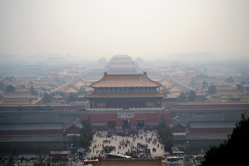 Vogelperspektive auf Verbotener Stadt, gugong, mit Smog in Peking, CHINA, traditionelle chinesische Architektur lizenzfreies stockbild