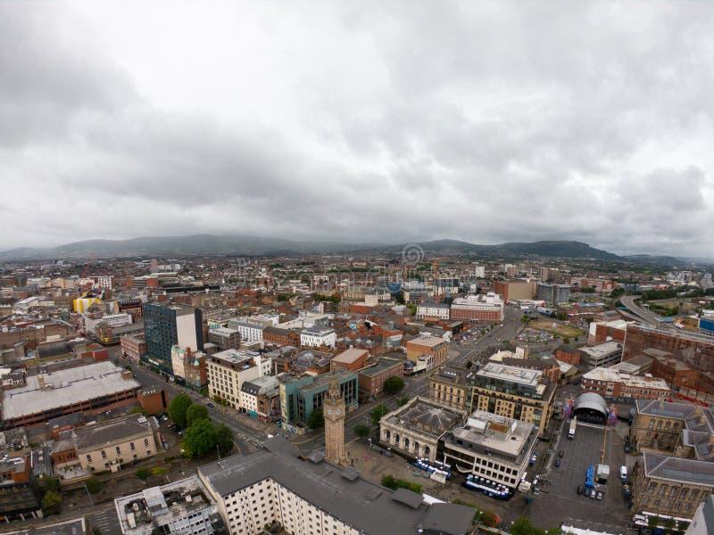 Vogelperspektive Belfasts, Nordirland der Architektur und der Gebäude Ansicht über Stadt von oben lizenzfreie stockbilder