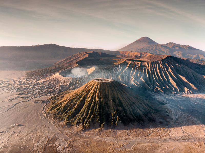 Vogelperspektive-Berg ein aktiver Vulkan Bromo, Batok und Semeru stockbild