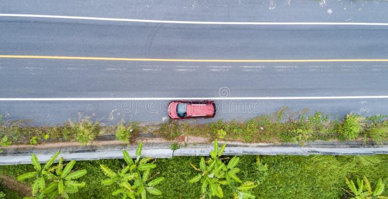 Vogelperspektive-Brummenschuß roten suv Autos auf Straße stockfoto