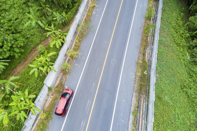 Vogelperspektive-Brummenschuß roten suv Autos auf Straße lizenzfreies stockfoto