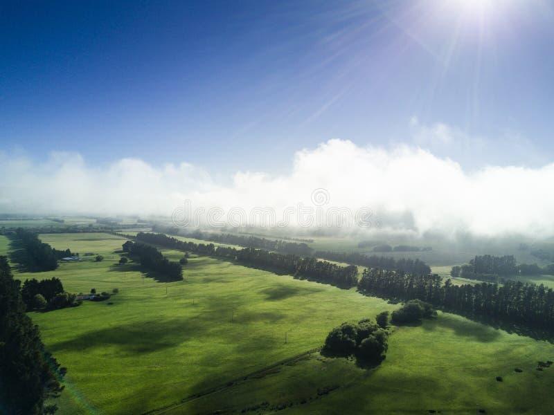 Vogelperspektive in den tiefen Wolken von Neuseeland-Landschaft auf der Südinsel stockbilder