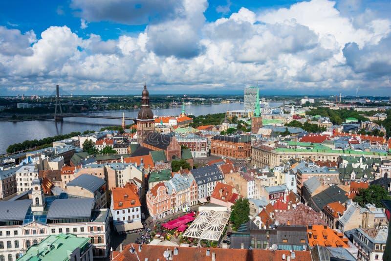 Vogelperspektive der alten Stadt und des Daugava-Flusses von St- Peter` s Kirche stockfotografie