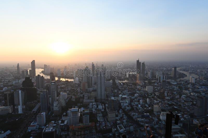 Vogelperspektive der Ansicht von Bangkok-Stadtbild mit Fluss bei Sonnenuntergang stockbild