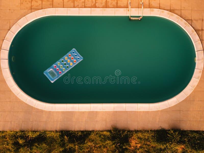 Vogelperspektive der aufblasbaren Matratze im Swimmingpool lizenzfreies stockbild