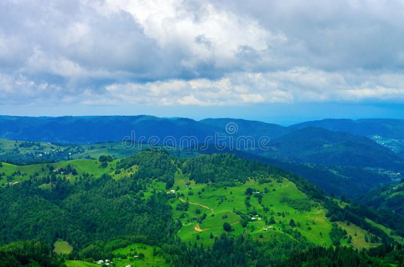 Vogelperspektive der bewaldeten Steigungen der Berge mit Häusern stockfotos