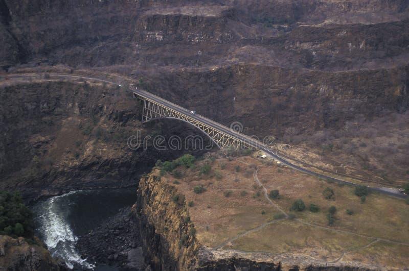 Vogelperspektive der Brücke über dem Zambesi-Fluss bei Victoria Fal stockbild