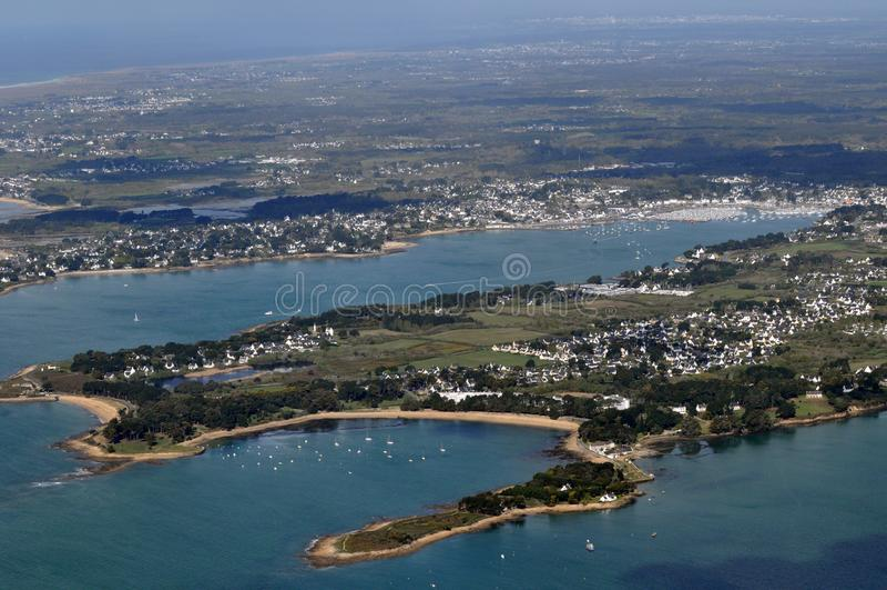 Vogelperspektive der Dörfer des Heiligen Philibert und des La Trinite-sur Mer in Bretagne, Frankreich lizenzfreies stockfoto