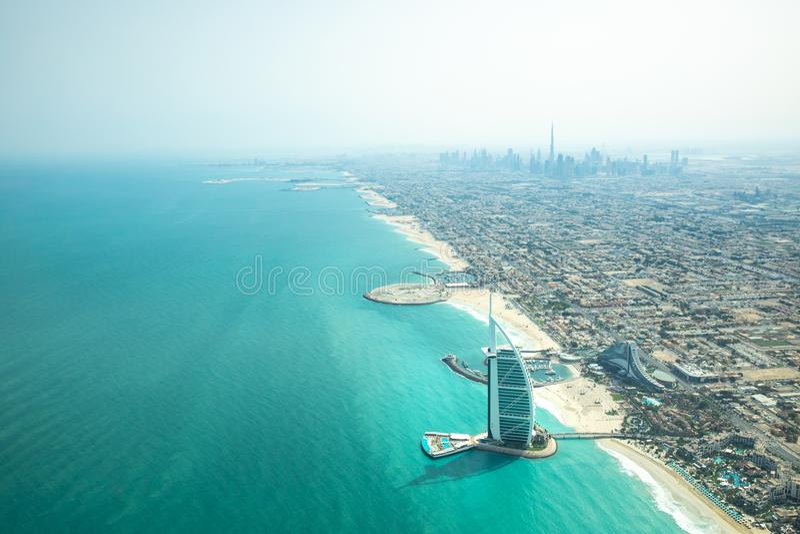 Vogelperspektive der Dubai-Küstenlinie an einem schönen sonnigen Tag stockfotos