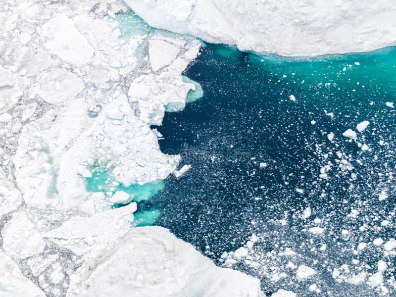 Vogelperspektive der Eisberge auf Nordpolarmeer bei Grönland lizenzfreies stockfoto