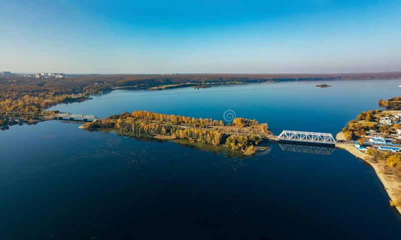 Vogelperspektive der Eisenbahnbrücke über Voronezh-Fluss stockbilder