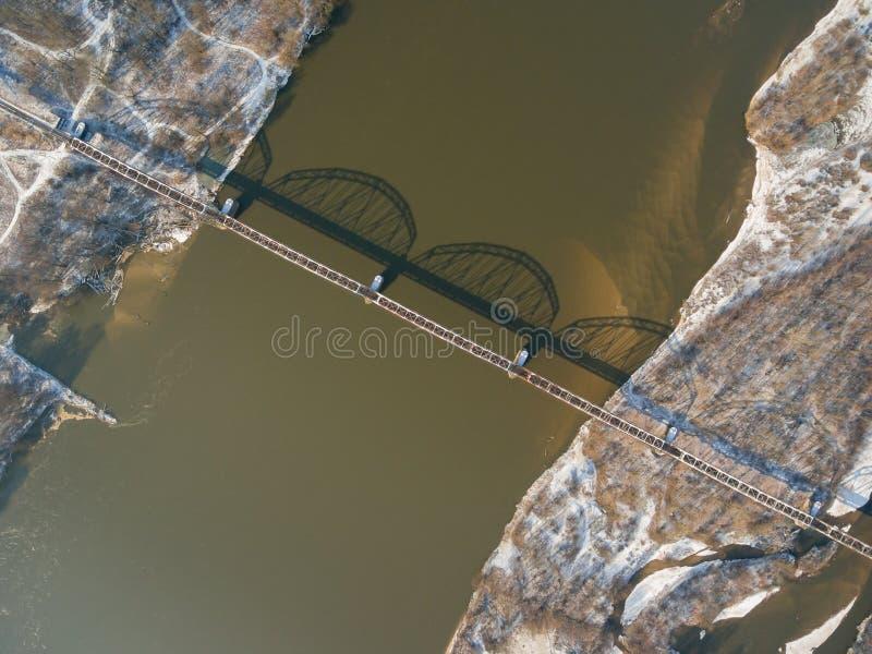 Vogelperspektive der Eisenbahnbrücke über der Weichsel lizenzfreie stockbilder