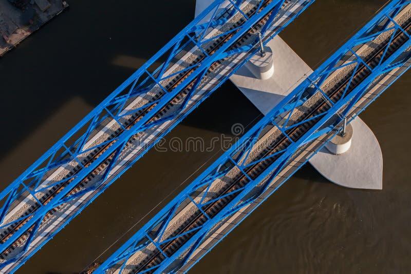 Vogelperspektive der Eisenbahnbrücke lizenzfreie stockfotos