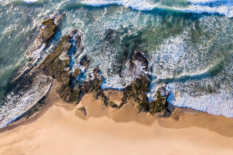 Vogelperspektive der felsigen Küstenlinie in Dudley Beach - Newcastle Austr lizenzfreie stockbilder