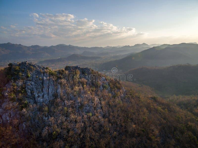 Vogelperspektive der felsigen Klippe, der Hochländer und des Gebirgszugs lizenzfreie stockfotos