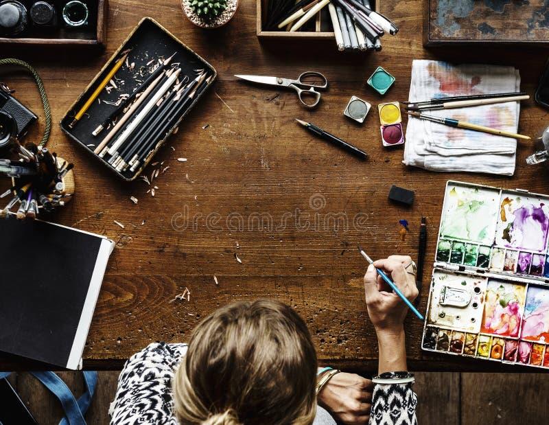 Vogelperspektive der Frau mit Malereibürste stockbild