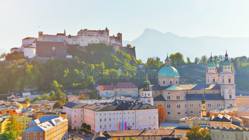 Vogelperspektive der historischen Stadt von Salzburg mit Festung Festung Hohensalzburg und Salzburger-Kathedrale Dom Alte Stadtla lizenzfreie stockbilder