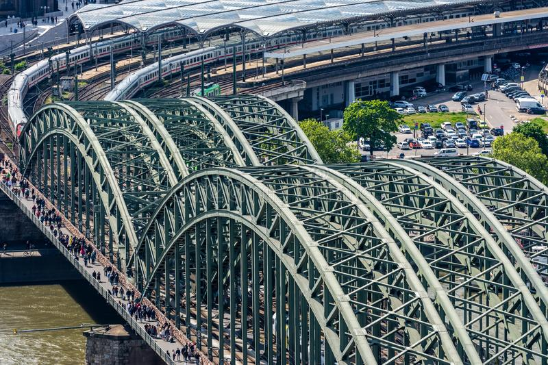 Vogelperspektive der Hohenzollern-Brücke in Köln stockbilder