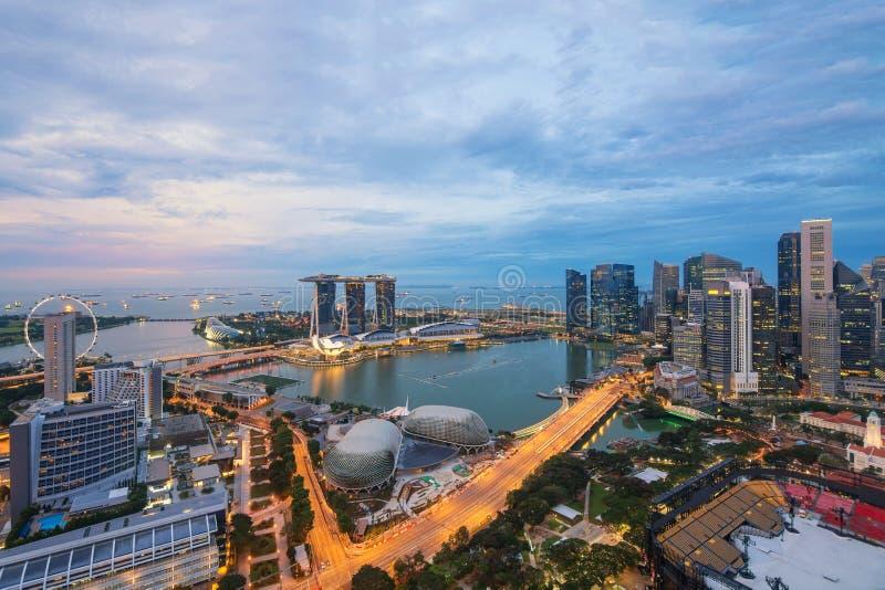 Vogelperspektive der Jachthafenbucht in Singapur-Stadt in der Nacht stockfotografie