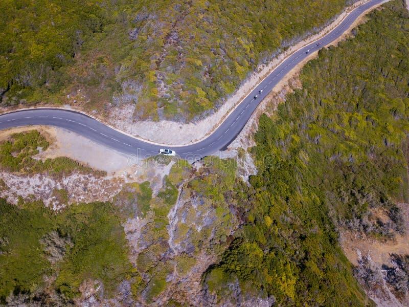 Vogelperspektive der Küste von Korsika, kurvenreiche Straßen Radfahrer, die auf einer Straße laufen frankreich stockfotografie