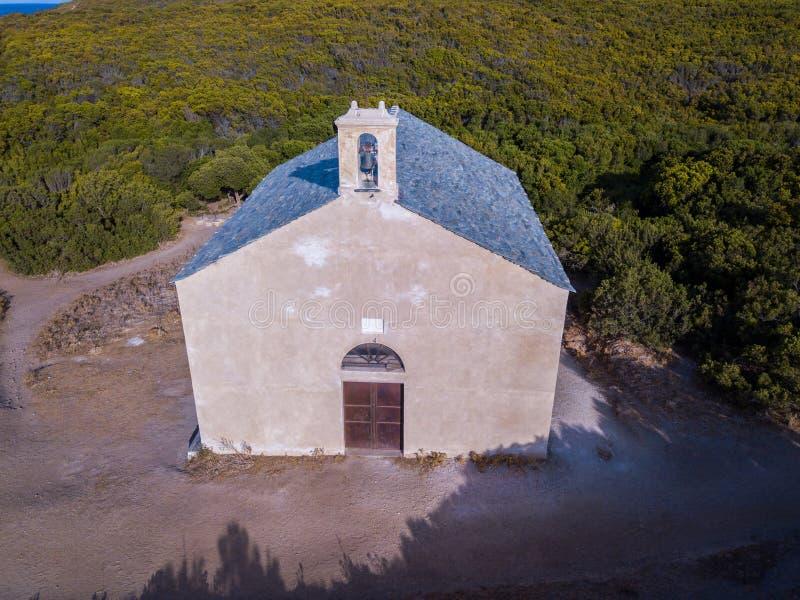 Vogelperspektive der Kapelle von Santa Maria Cap Corse -Halbinsel, Korsika Küstenlinie frankreich lizenzfreie stockbilder