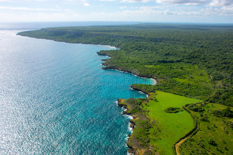 Vogelperspektive der karibischen Küstenlinie von einem Hubschrauber, Dominikanische Republik lizenzfreie stockbilder