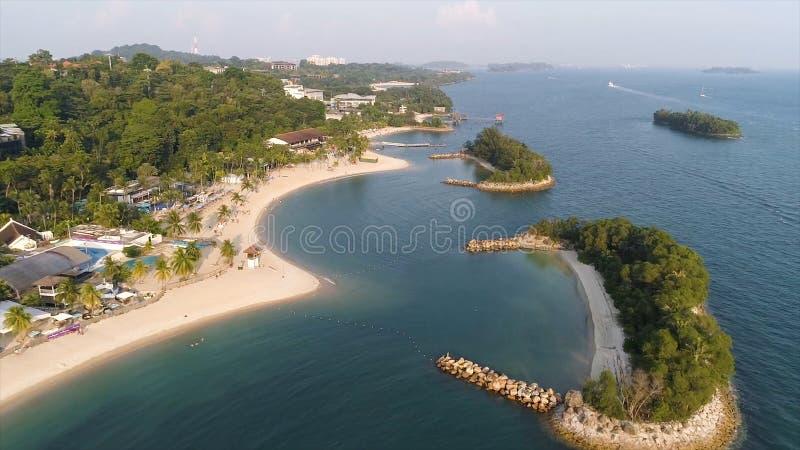 Vogelperspektive der Lagune mit blauem, azurblauem Wasser mitten in kleinen Inseln und Felsen schuß Strand, Tropeninsel, Meer lizenzfreies stockfoto