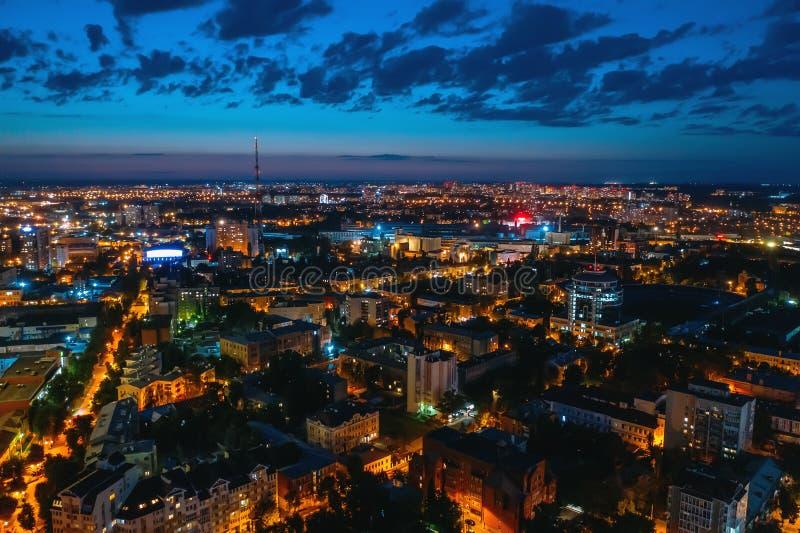 Vogelperspektive der Nachtstadt Voronezh nach Sonnenuntergang, Panoramastadtbild lizenzfreie stockbilder