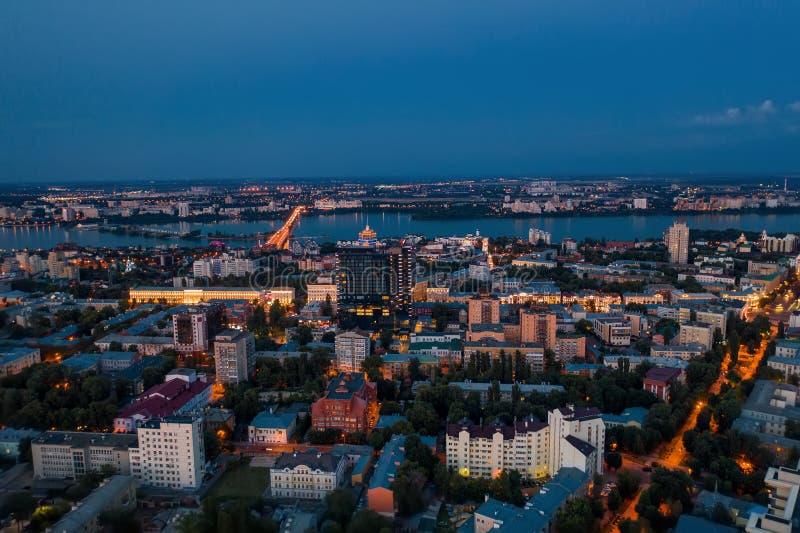 Vogelperspektive der Nachtstadt Voronezh nach Sonnenuntergang, Panoramastadtbild stockfotos