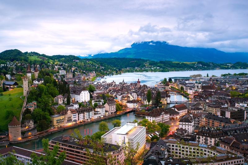 Vogelperspektive der roten mit Ziegeln gedeckten Dächer der alten Stadt von Luzerne mit hölzerner Kapellenbrücke in der Luzerne,  stockfoto