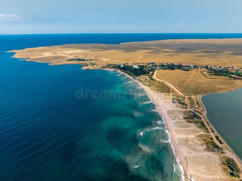 Vogelperspektive der sandigen Bucht in der Krim stockbild
