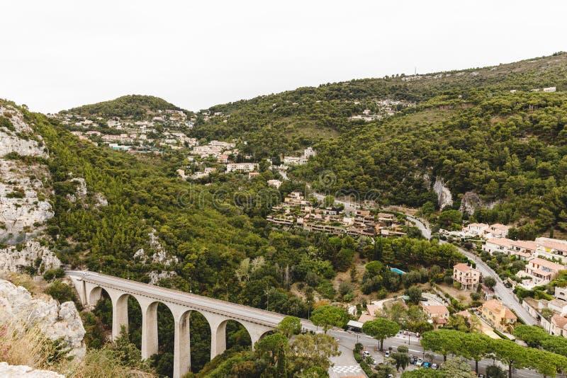 Vogelperspektive der schönen Brücke an der kleinen europäischen Stadt in den Hügeln, Fort de la Revere, Frankreich lizenzfreie stockfotos