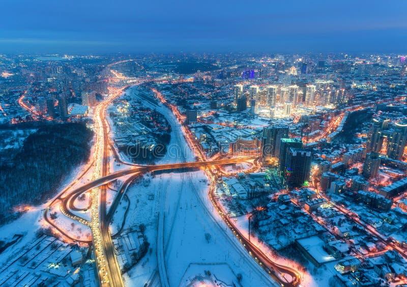 Vogelperspektive der schönen modernen Stadt nachts kaltes im Winter stockbild