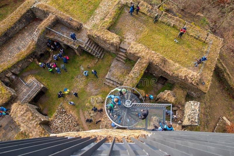 Vogelperspektive der Schlossruine Orlik nad Humpolcem mit vielen Leuten, Vysocina, Tschechische Republik lizenzfreie stockfotos