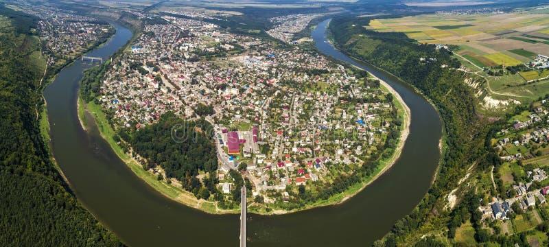 Vogelperspektive der Sommer Dnister-Flussbiegungsschlucht und berühmten der Ukrainer Zalischyky-Stadt Ternopil-Region, Ukraine stockfotografie